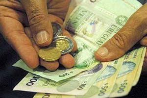 Cómo ahorrar dinero. Manos con billetes y monedas