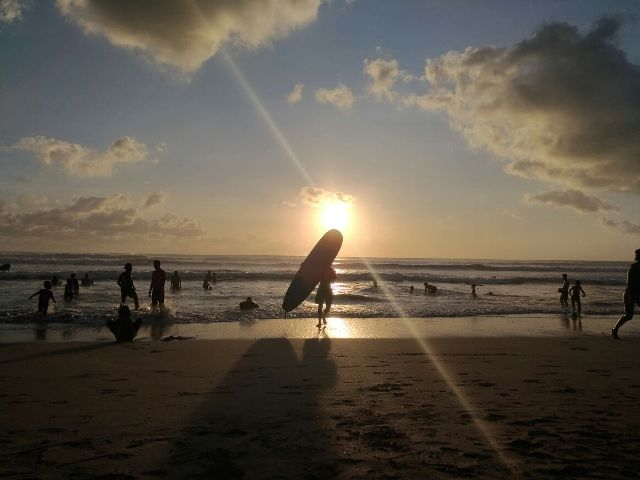 bule surfing di kuta bali