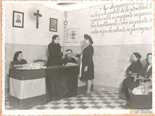 Servicio Social para la Mujer. Entrega de certificados a las cumplidoras del Servicio Social para la Mujer por Rita Navarro Mínguez, delegada provincial de la Sección Femenina en locales de la Delegación Local Escuela Hogar. Teruel