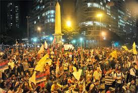 A foto mostra a manifestação da direita asquerosa brasileira contra a copa do mundo de 2014.