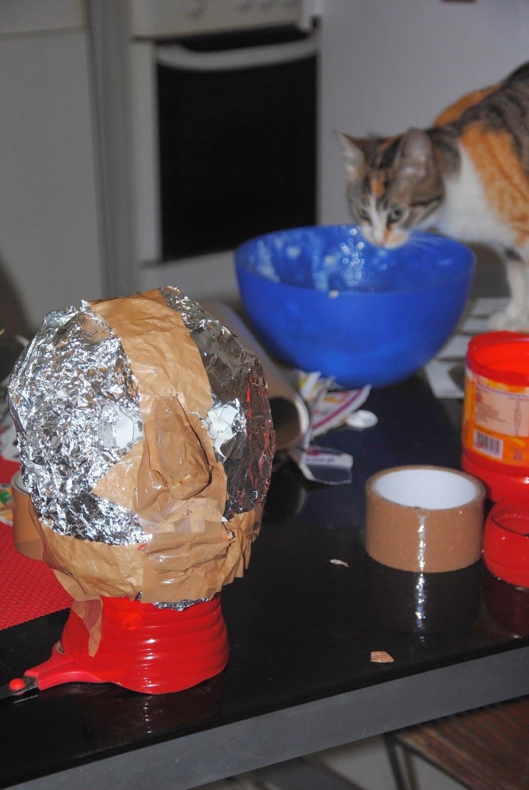 Tête en papier maché, chat qui joue