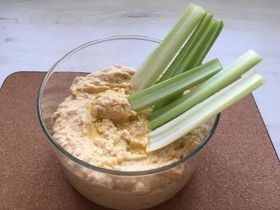 Hummus z ciecierzycy podany z selerem naciowym