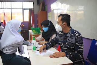 Meninjau Langsung Pelaksanaan Vaksinasi Massal untuk 1140 Pelajar