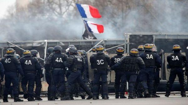 Bomberos protestan contra reforma de pensiones en Francia