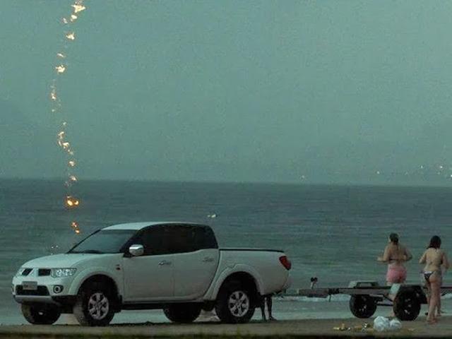 saat-terakhir-seorang-wanita-sebelum-disambar-kilat-di-tepi-pantai-3