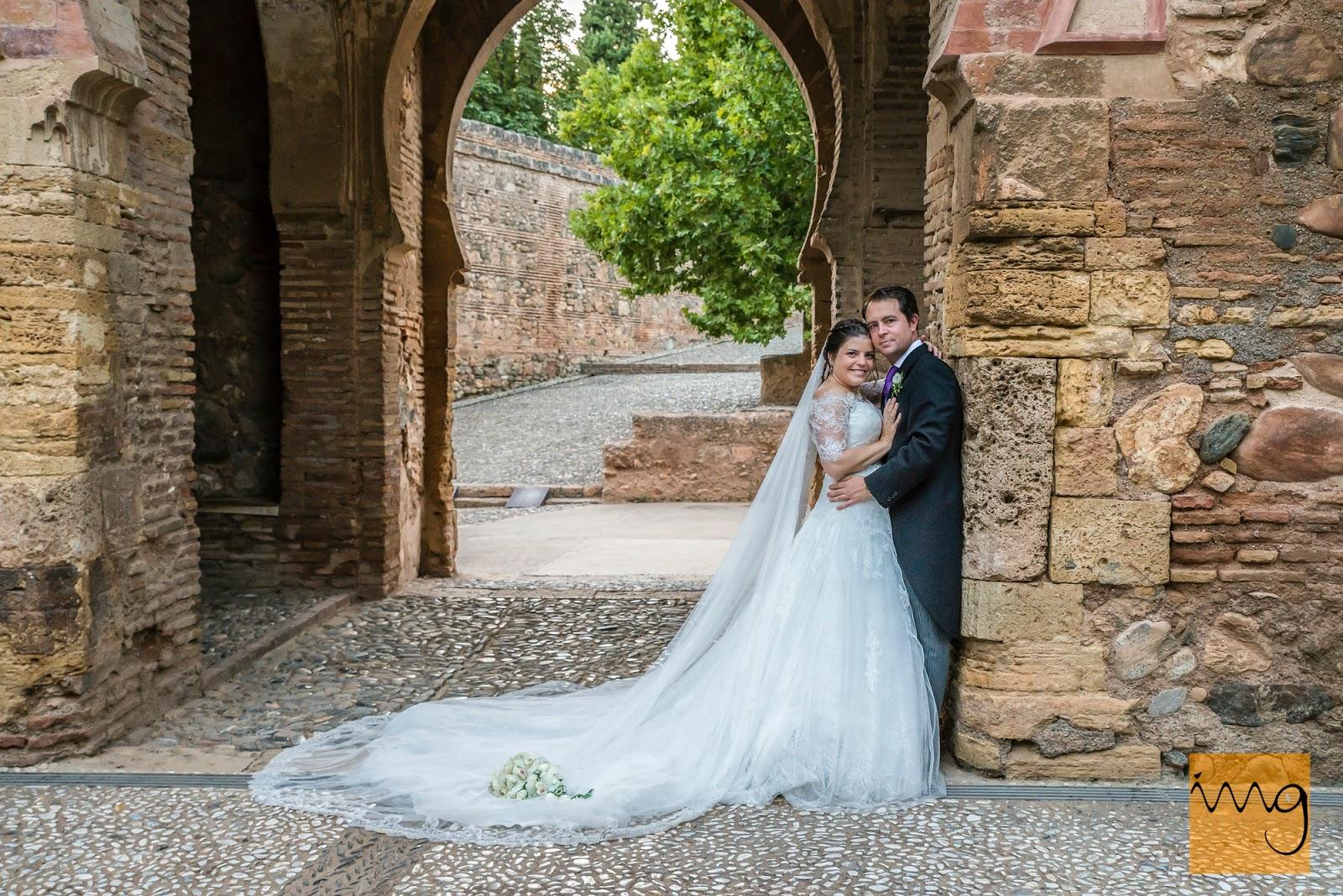 Fotografía de boda en la puerta de la alhambra, Granada.