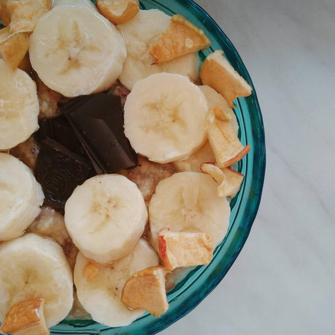 Ovesná kaše s banánem, sušenými jablky a čokoládou