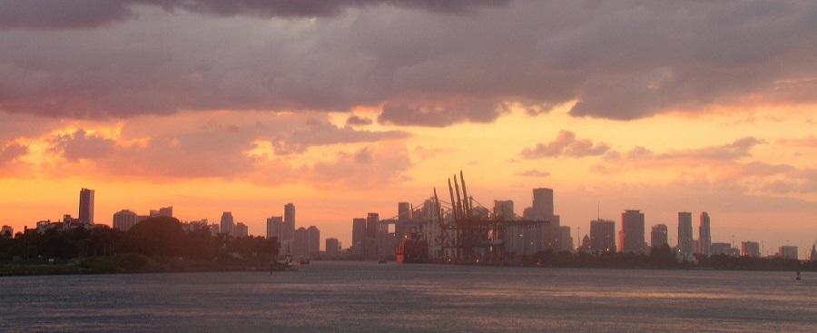 Miami y su puerto de fondo