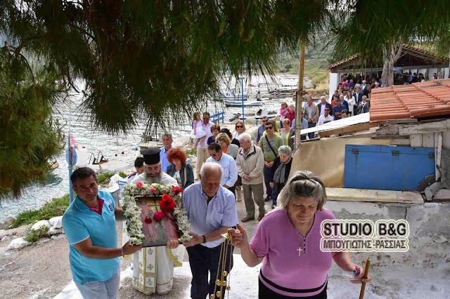 Ναύπλιο: Γιορτάζει το εκκλησάκι των Αγίων Κωνσταντίνου και Ελένης στην παραλία Καραθώνας