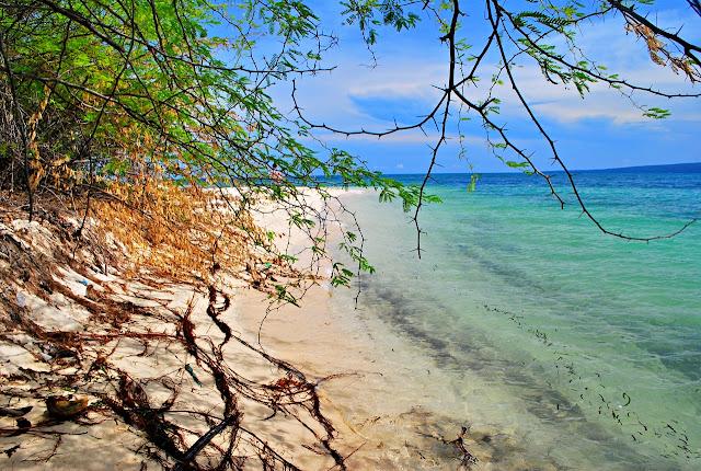 the white sand beach of Alibijaban Island