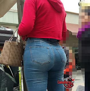 Hermosa mujer con cola grande en jeans