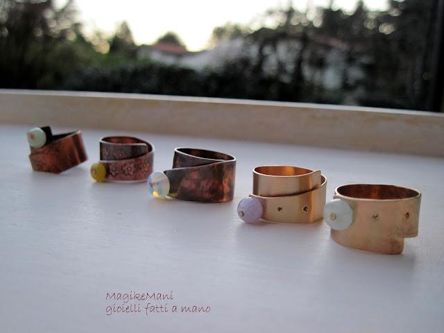 anelli in metallo e pietre dure