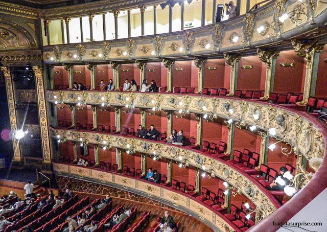 Galerias e camarotes do Teatro Colón de Bogotá