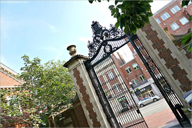 Una de las Puertas del Campus Principal de la Universidad de Harvard
