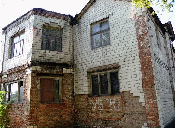 Костянтинівка. «Замок Гауді-Броуді». Колишній пологовий будинок з характерним написом на стіні