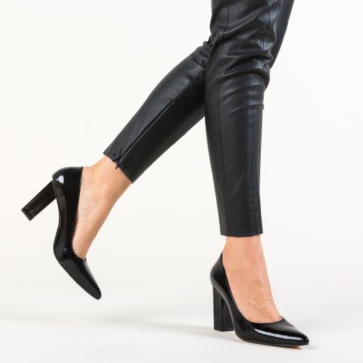 Pantofi negri comozi pentru birou cu toc gros si inalt