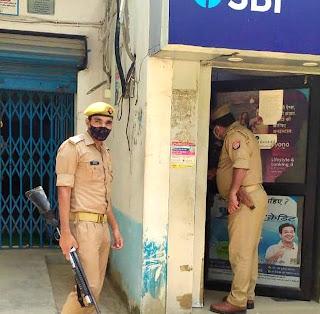पुलिस ने किया बैंकों में संदिग्धों की जांच पड़ताल | #NayaSaberaNetwork