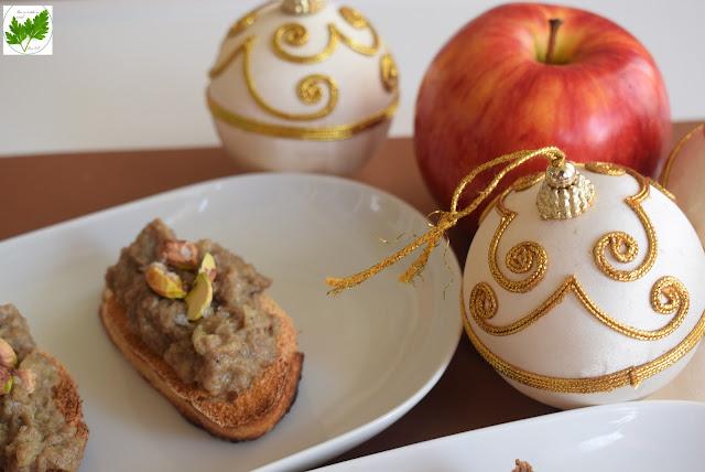 Aperitivo De Morcilla Con Cebolla Caramelizada, Manzana Y Pistachos