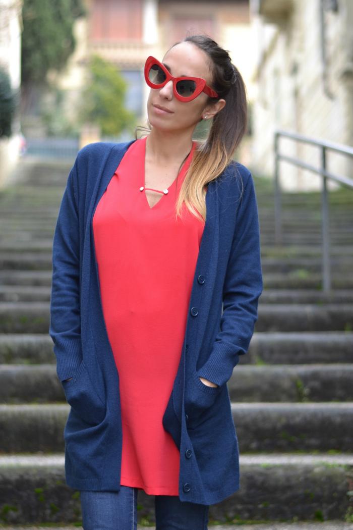 cardigan blu maglia rossa