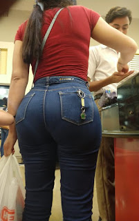 Hermosa morena pantalones apretados caderas redondas