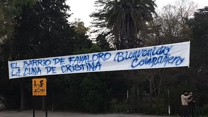 """La bienvenida """"compañera"""" a Maradona en La Plata"""