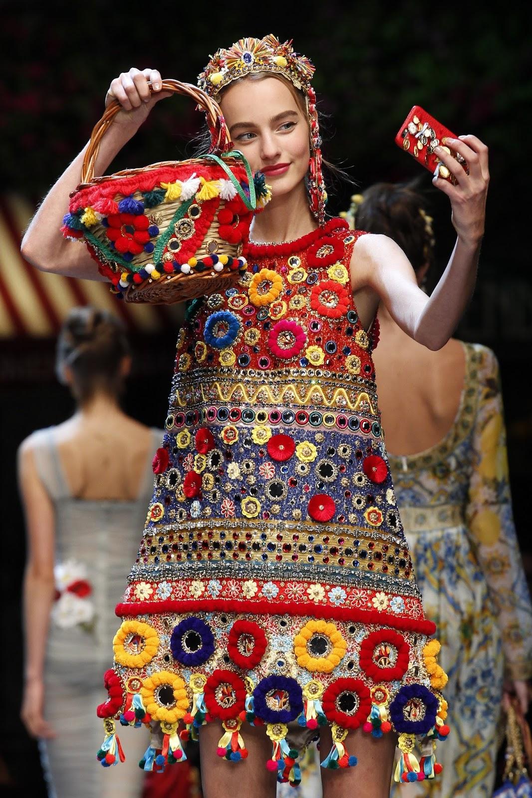 e80433efc ... e isso se deve a chuva de inspirações em Maria Antonieta e suas damas  trazendo de volta todo aquele excesso de bordados, pedrarias, todo luxo  possível.