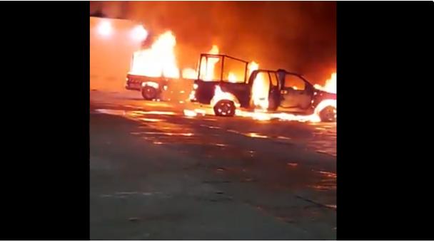 Video: Ahora la cosa esta que arde grupo armado quema dos patrullas en Comalapa, Chiapas se intensifica guerra CJNG vs los de Sinaloa