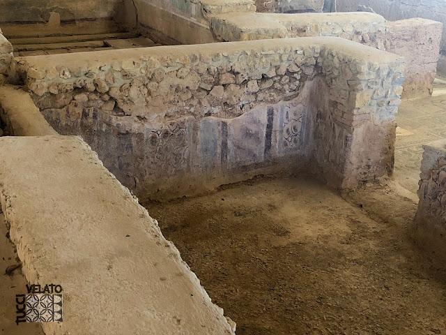 Estucos decorados en una de las habitaciones de la villa romana de El Ruedo en Almedinilla