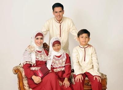 Contoh baju keluarga kombinasi batik buat lebaran