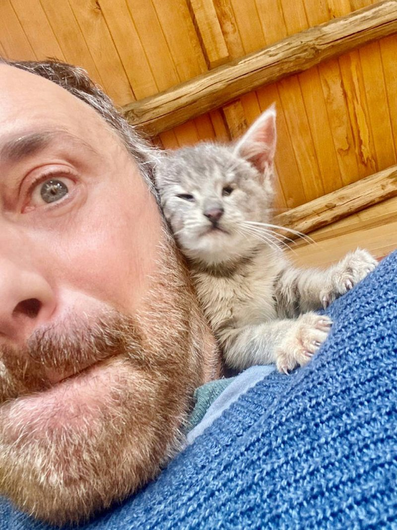 Jordi Castell se encariñó con minúscula gatita chilota