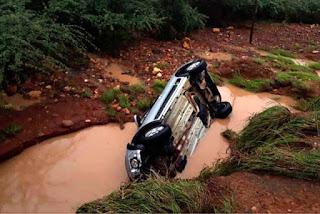 Carro é arrastado por água da chuva