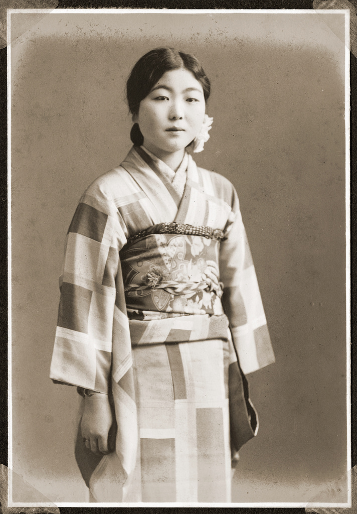 32 vintage portraits of beautiful japanese women dressing