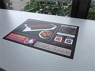 休憩用のテーブルに貼られたデモ用の「バーチャル自販機」の写真