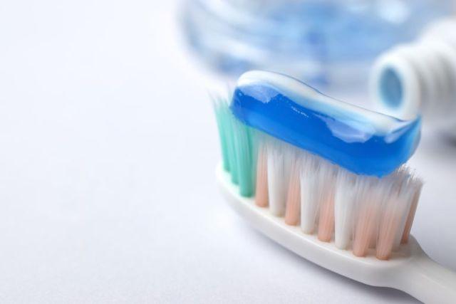 Tips Ampuh Membersihkan Karang Gigi Secara Alami