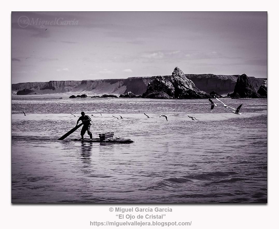 Yacila, Perú, pescador en su balsa.