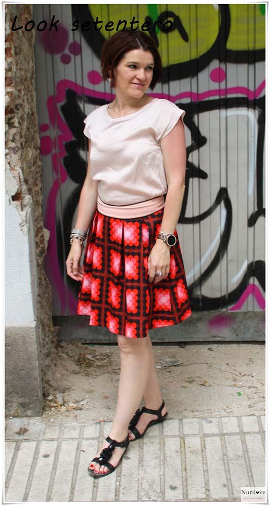 Falda con estampado geométrico que hace un look muy setentero