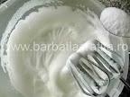 Budinca de gris cu lapte preparare reteta - punem zahar in spuma de albusuri