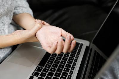 Mujer con dolor en su mano