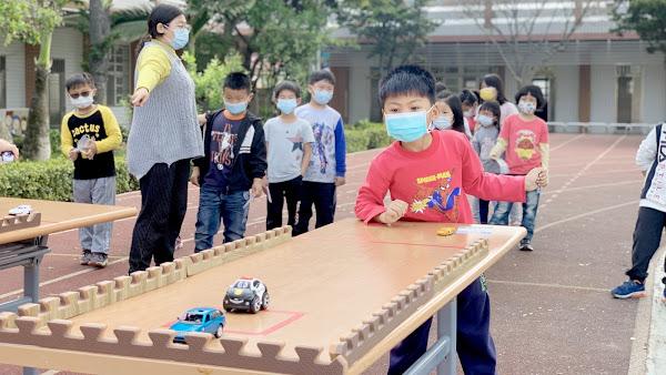 玩具圖書館巡迴廣興國小 創客闖關給二手玩具新生命