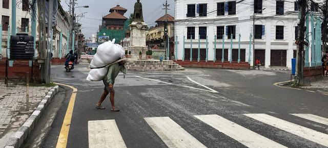 Un hombre cargando un bulto en Kathmandu, Nepal.ONU\Vibhu Mishra