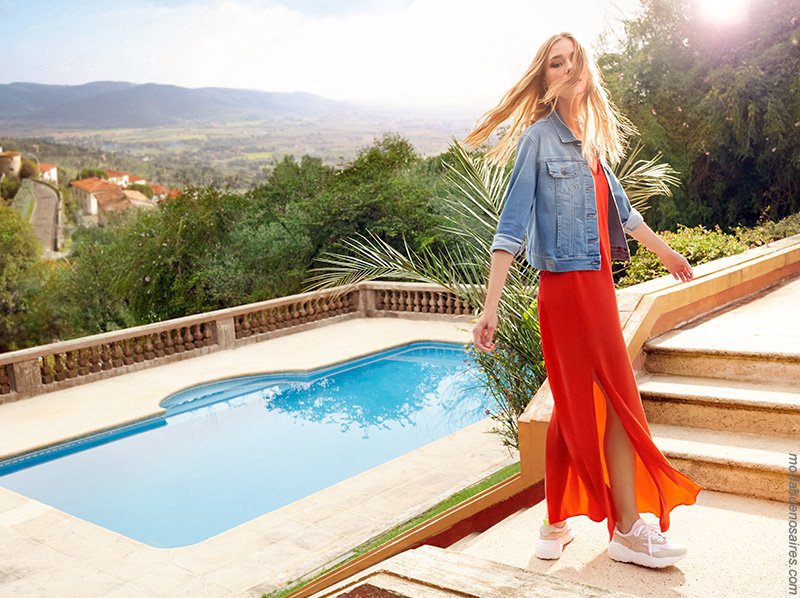 Vestidos largos y camperas de jeans elastizadas primavera verano 2020. Moda primavera verano 2020.