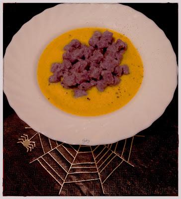 Gnocchi di patata viola su crema di zucca...
