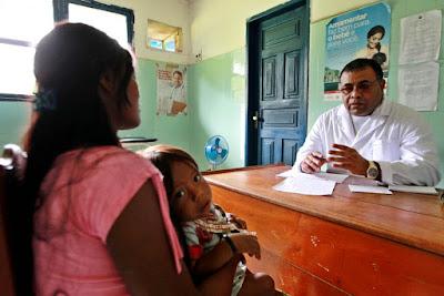 Médico cubano atende mãe com filho pequeno