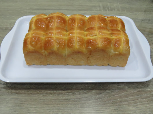Traditional potato buns with sweet fragrant custard crosses on top 卡斯塔马铃薯面包
