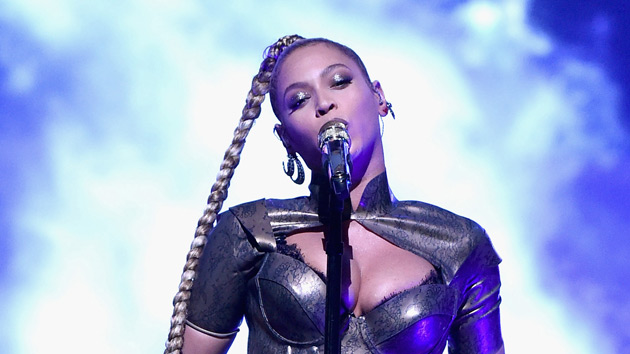 Beyoncé sufrió un accidente y su oreja empezó a sangrar en pleno concierto