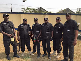 SARS Officer Disgraced By A Soldier's Wife In Ikorodu
