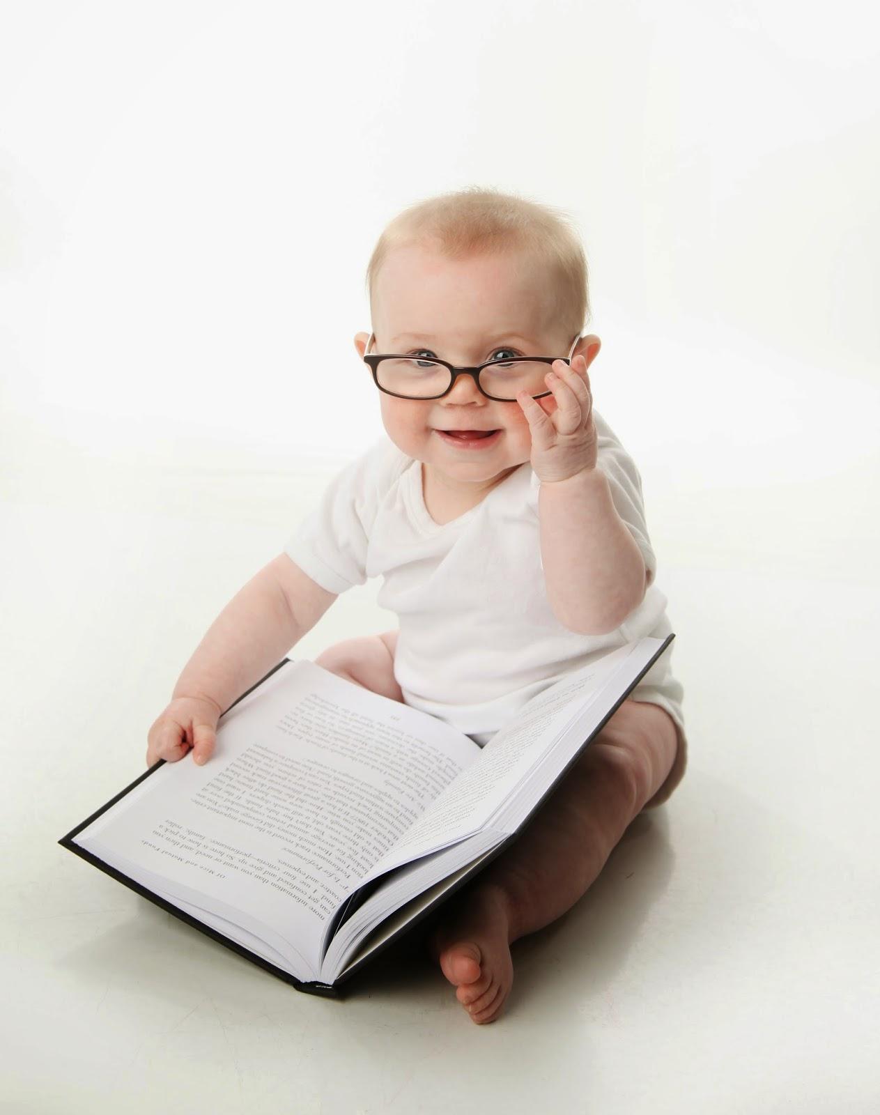 Foto bayi lucu baca buku