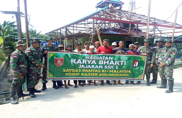 Prajurit Satgas Pamtas RI-Malaysia Yonif Raider 600/Modang Gotong Royong Perbaiki Masjid