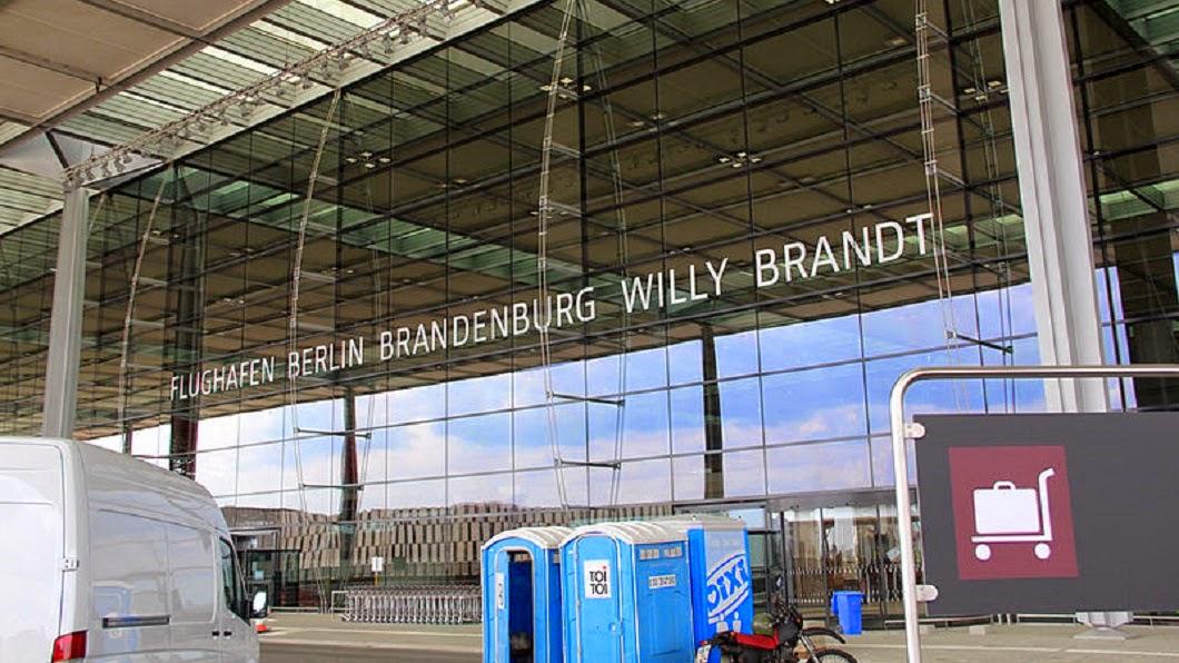 [Obrazek: 800px-Flughafen_Willy_Brandt_(Sch%C3%B6n...ingang.jpg]