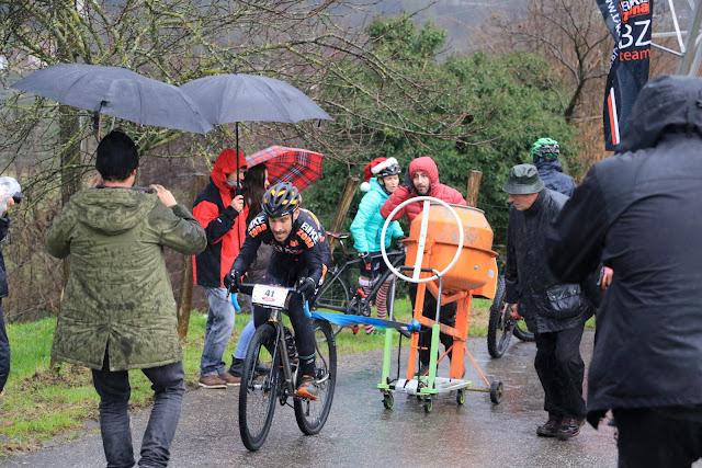 Uno de los ciclistas ha remolcado hasta la meta una hormigonera